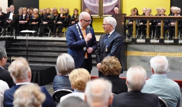 Henri Marres (l) is in de Orde van de Nederlandse Leeuw en wordt toegesproken door burgemeester Jack Mikkers.