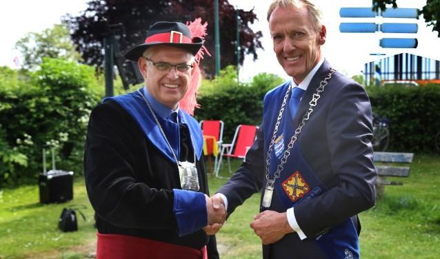 Martien van de Lockant ontvangt de felicitaties van burgemeester Lex Roolvink. (foto: Marco van den Broek)
