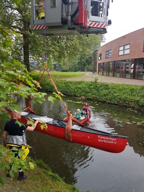 De brandweer takelt de kano's over de stuw Foto: Wageningen Schoon © Persgroep