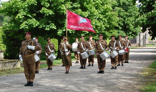 Het Semi Militair Tamboerkorps Liberation uit Hengelo loopt voorop tijdens de Stille Tocht.