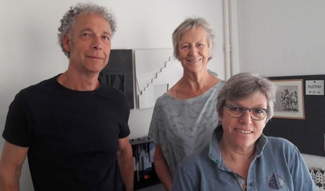 De drie 'nieuwelingen' in het atelier van Monique Grolle: links Roberto ten Hoedt, in het midden Alma de Vries en vooraan rechts Monique Grolle zelf.