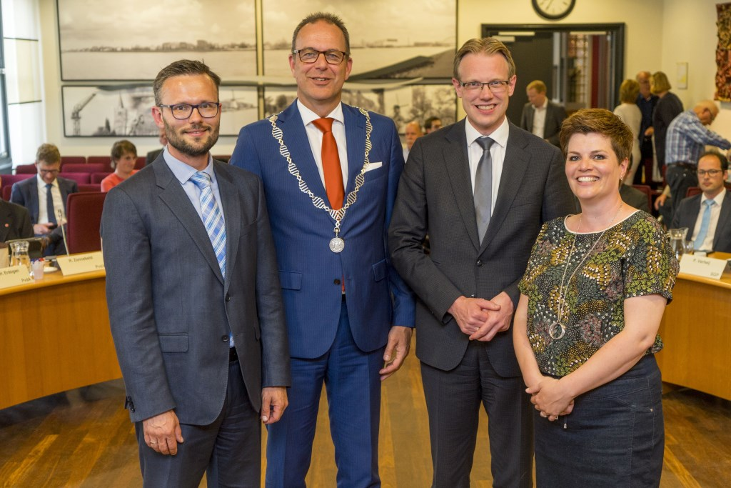 De nieuwe coalitie van Alblasserdam, met: Arjan Kraijo, burgemeester Jaap Paans, Peter Verheij en Dorien Zandvliet. (Foto: Cees van der Wal)