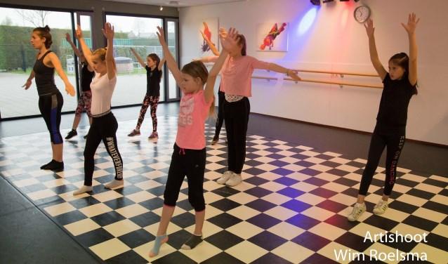 Dansers oefenen hard voor de uitvoering op zaterdag 9 juni bij Perron-3. In de voorstelling van 12.00 uur dansen de peuters mee, om 15.00 uur zetten de kleuters hun beste beentje voor. Kaarten zijn à 12,50 euro te koop bij Perron-3.