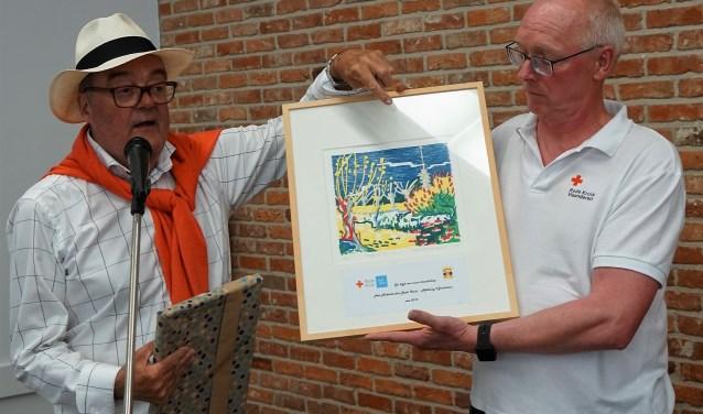 Voorzitter Coert van Ee van het Rode Kruis IJsselstein overhandigde als dank voor de ontvangst een kunstwerk van Angenelle Thijssen. (Foto: Guy Verellen / Nnieuws.be)