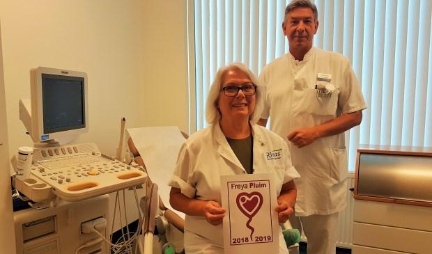 Gynaecoloog Jos Derksen en verpleegkundig specialist Marieanne Donze zijn trots op de Freya Pluim voor het Beatrixziekenhuis. Foto: Rivas