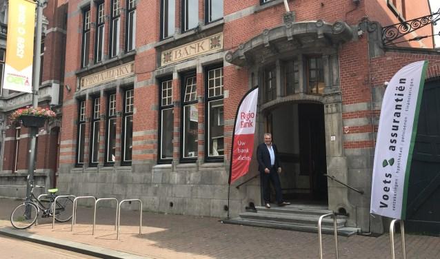 Rob van Sprundel, mede-eigenaar van Voets Assurantiën, staat trots voor het meer dan een eeuw oude Van Lanschot-bankgebouw in de Molenstraat, waar het bedrijf sinds vorig week gevestigd is.