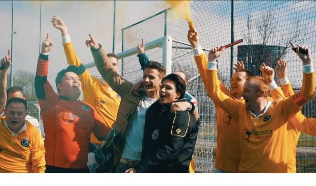 De spelers van Walcheren en trainer Jens de Ridder vieren de sportieve successen. FOTO: PR SV WALCHEREN