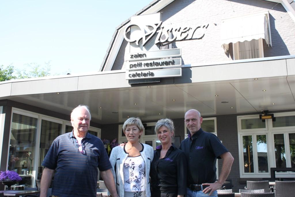 De familie Vissers voor de zaak in Brouwhuis, v.l.n.r. Arnold en Jeanne Vissers, Cynthia en Mark Vissers.