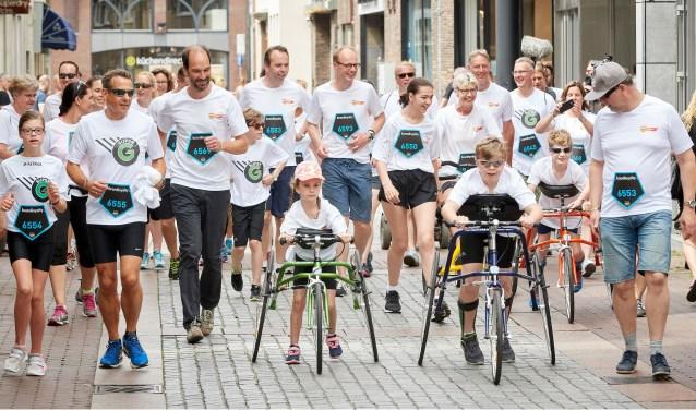 Gedeputeerde Henri Swinkels (derde van links op de voorste rij) rende met Unieke Sporters de laatste 750 meter van de Pararun. Daarmee is de campagne Uniek Sporten Brabant officieel afgetrapt. Foto: Wim Hollemans.