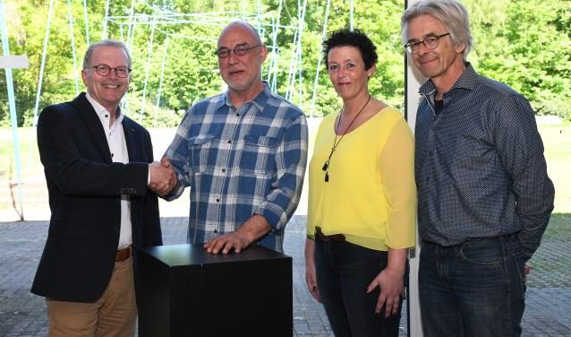 Cultuurwethouder Peter van der Torre (l.) feliciteert Frank Linsewski. (Foto: gemeente Soest)