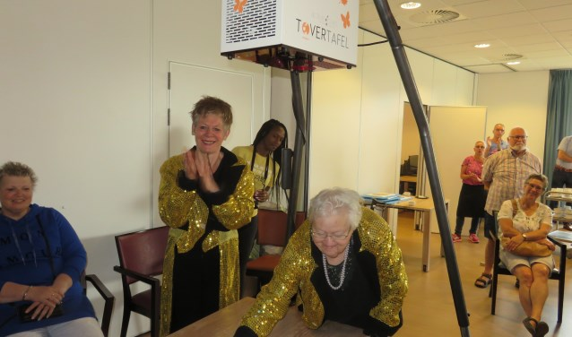 Dagmar van Dijk (l) en Tiny van Os hebben zojuist de Tovertafel onthuld. FOTO: John Beringen