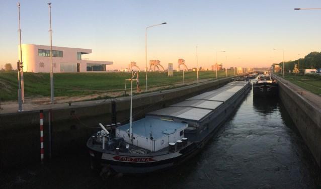 De eerste schepen die op maandag 7 mei door sluis Amerongen voeren. FOTO: Rijkswaterstaat