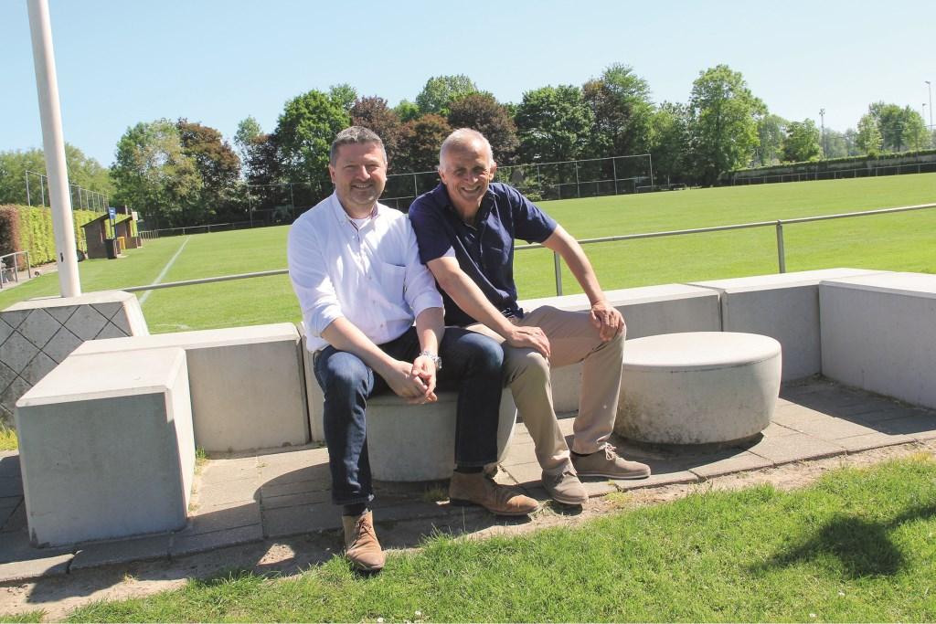 De voorzitters John Kemper van Sportclub Westervoort (rechts) en Paul Jakobs van AVW'66 onthullen vrijdag enkele borden met teksten die mensen moeten aanzetten tot nadenken over hun gedrag.