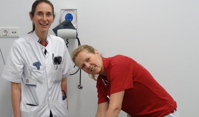 Neuroloog Ilja Bot en fysiotherapeut Desiree Hilbrands aan de behandeltafel.