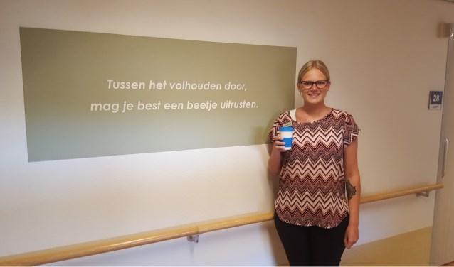 Alle Rivas-medewerkers, zoals Denise Helderop, zorgregisseur bij Rivas Zorggroep, ontvangen een geschenk. (Foto: Privé)