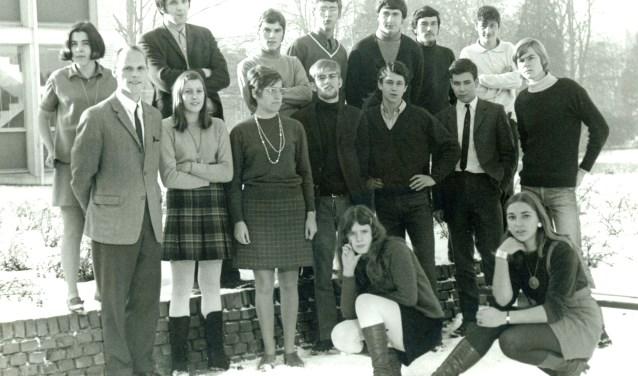 Klas 5A HBS, 1970. Docent Jan van Keulen. Harry onderste rij midden. Geheel rechts Frits Verhagen. Bovenste rij 3e v.l. Wim van Manen, de latere politicus. Op dezelfde rij (zwarte trui, V-kol) Rijk Slok.