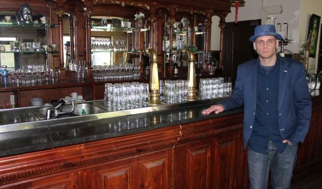 Joshua Wildenberg uit Rhenen heeft plannen om Engelstalige Stand-up Comedians naar Rhenen te halen voor een optreden in de fraaie achterzaal van steakhouse Cunera aan de Grebbeweg in Rhenen. (Foto: Henk Jansen)