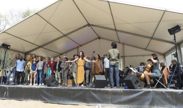 Vreemde Gasten brengt verschillende generaties en culturen samen in een bijzonder optreden.