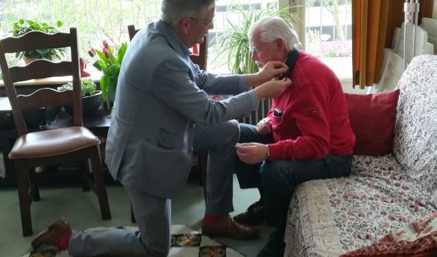 Wout Schotsman kreeg een speld uitgereikt voor het vijftigjarig lidmaatschap van de Partij van de Arbeid.