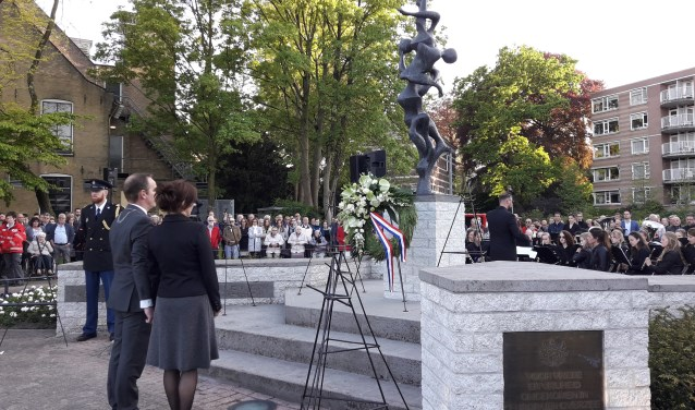 Burgemeester Van Hemmen en zijn vrouw legde als eerste een krans