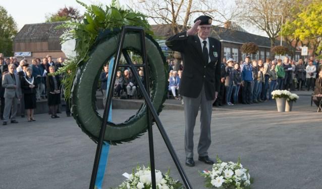 Veel inwoners van Spijkenisse komen ieder jaar naar het Oorlogsmonument aan de Vredehofstraat voor de Dodenherdenking. (Foto: Ropa Photo)