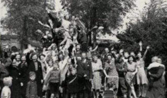 Op 8 mei 1945 rolde de eerste Engelse tank Woerden binnen over de Van der Valk Boumanlaan.Wie herkent Wie....Foto is eigendom van mevrouw Zus van der Wal, zij was toen 16 jaar en weet nog precies hoe dat 'voelde' om bovenop een tank te staan en naar alle Woerdenaren te zwaaien!!!!