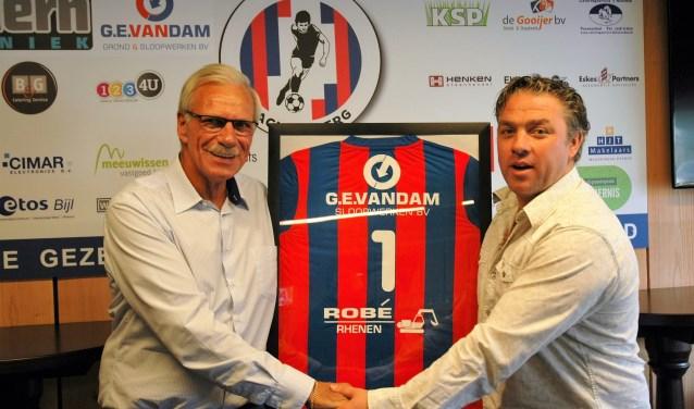 Jan van Leijen (links) met een voor VVA Achterberg meer dan een bekende pose, de inwoner van Veenendaal heeft weer een sponsor voor de club binnengehaald. (Foto: Henk Jansen)