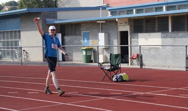 Jantinus Meints op het moment dat hij over de finish komt FOTO: Coburg 24 hour / Tim Erickson