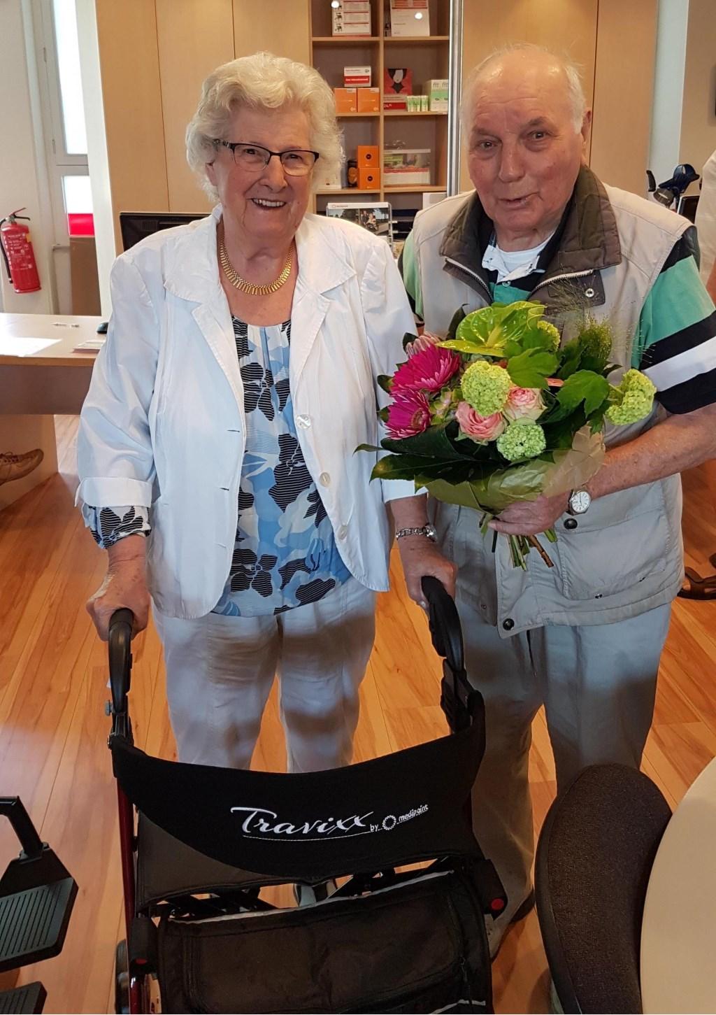 Mevrouw Quaak uit Vlissingen. Zij kreeg woensdag 9 mei tijdens de Eropuit-dag van de Medipoint | Thuiszorgcentrum Zeelandwinkel in Vlissingen de nieuwe, verbeterde Travixx rollator uitgereikt.