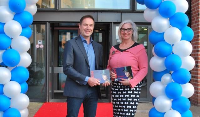Directeur Chris Funk en programmeur Lien Kestens van ZINiN tijdens de ZINgeversavond (presentatieavond nieuw theaterprogramma).