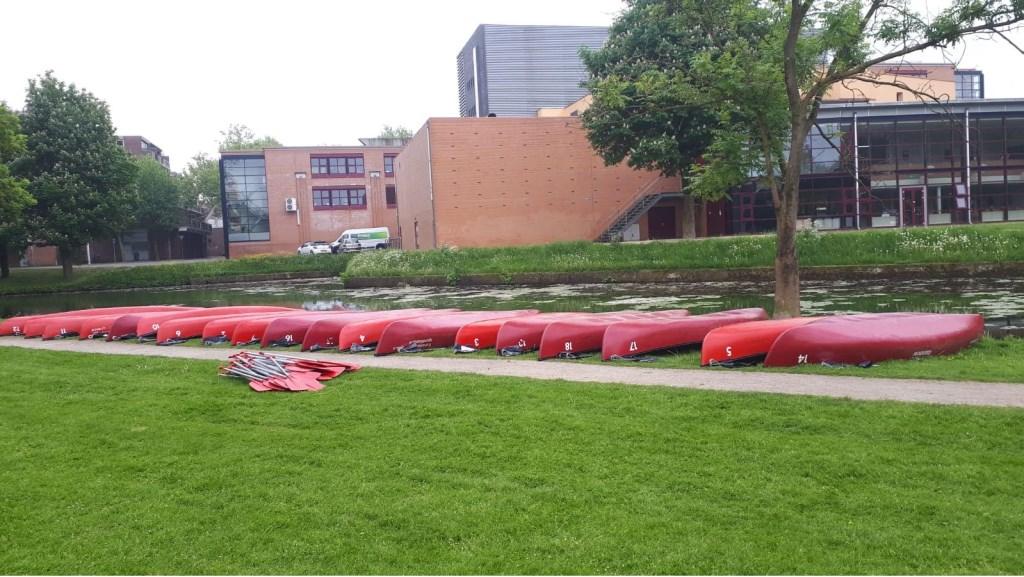 De kano's liggen klaar bij het WICC Foto: Wageningen Schoon © Persgroep