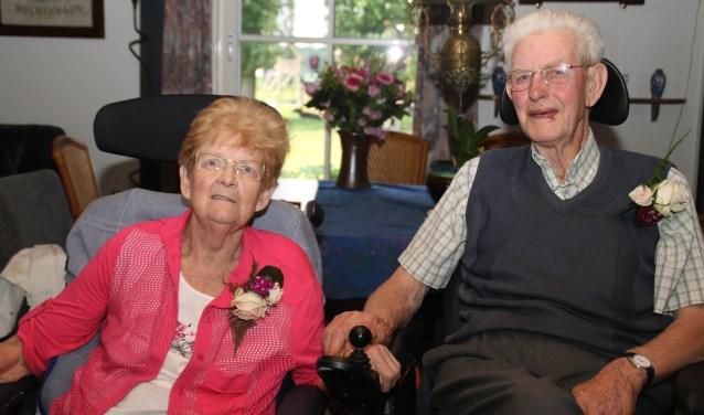Het diamanten echtpaar woont tegenwoordig op Sonnevanck in Harderwijk, maar ontving de burgemeester in de boerenheerdvan de Hof van Mine Meu. (foto: Grietje-Akke de Haas)
