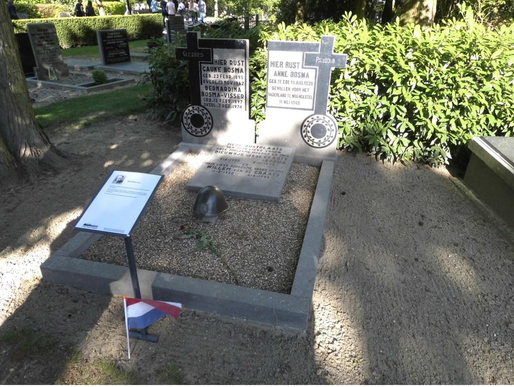 Het gras van de in mei 1040 omgekomen soldaat Anne Bosma.  © Persgroep