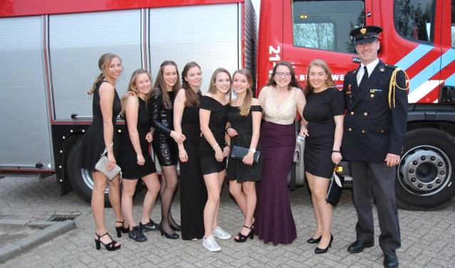 Deze meiden kwamen aan in een brandweerwagen.