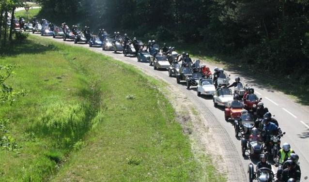 De karavaan vertrekt vanaf 't  Kluphoes aan de Krompatte in Enter. Foto: Enterse Motor Club.