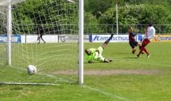 Een spelmoment uit de wedstrijd Victoria'04(zat) tegen HWD, die de Vlaardingse ploeg ruim won 9-3 en in de race blijft voor promotie naar de derde klasse.