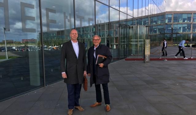 Voorzitter Ronald Vedder (links) en Frits Heel van Winkeliersvereniging Berkel Centrum voor het gemeentehuis van Lansingerland.    Foto: GvL.