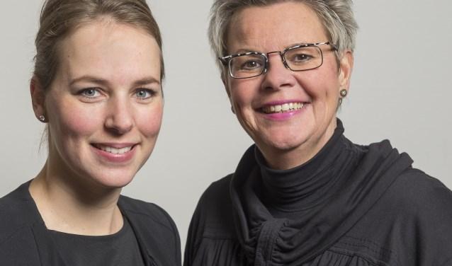 Mantelzorgconsulentes Elize Navis en Marja Lukassen zijn aanwezig tijdens de mantelzorgsalon. (foto: PR)