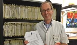 Internist dr. Eric van Bommel met de ministeriële brief waarin zijn RPF-polikliniek in 2015 is erkend als nationaal expertisecentrum.
