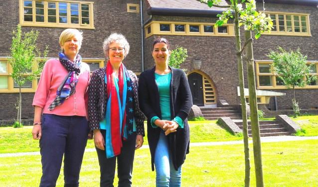 De drie dames, links Nicoline, rechts Isabella en in het midden Helen-Rose, op het terrein waar straks de kraampjes staan: het park rond het gebouw Haagsteeg 4 te Wageningen.