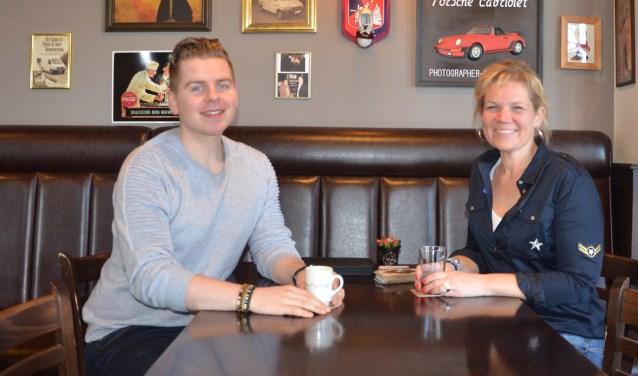 Giovanni Sturkenboom (STENT) en Lisa Klaassen (PPC) praten elkaar bij in de ontvangstruimte van PPC. FOTO: Ben Blom