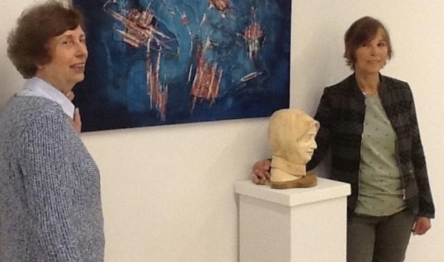 Elly Overduin (rechts) en Heleen Posthumus exposeren in het gemeentehuis.
