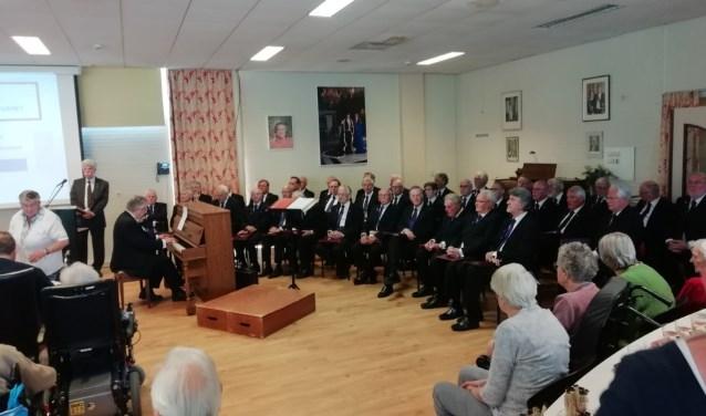 Het Stichts Mannenkoor zingt liederen tijdens de herdenking van het Englandspiel in Verzorgingshuis Sparrenheide op 4 mei jl. FOTO: Marcel Bos