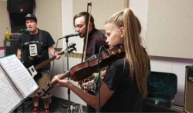 Wat is mooier dan te 'jammen' met je favoriete band? De tienjarige Zaltbommelse Aoife Janssen speelt de vioolpartij die de bandleden speciaal voor haar schreven. Ooit hoopt ze een vaste plaats te krijgen in de folkpunk band Drunken Dolly, die binnenkort speelt op RosRock in Rossum.