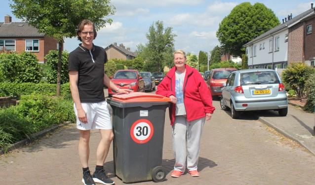Antal Geerdink en Netty Clarke zijn één van de initiatiefnemers om de Gravenbuurt een (verkeers)veilige buurt te maken. De 30 kilometer snelheidsactie maakt er een onderdeel van. (Foto: Arjen Dieperink)
