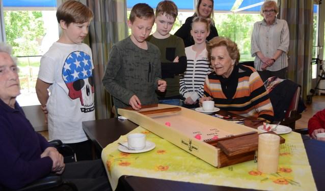 Ouderen en jongeren gingen meteen al leuke spelletjes doen. (Foto's: Pieter Vane)