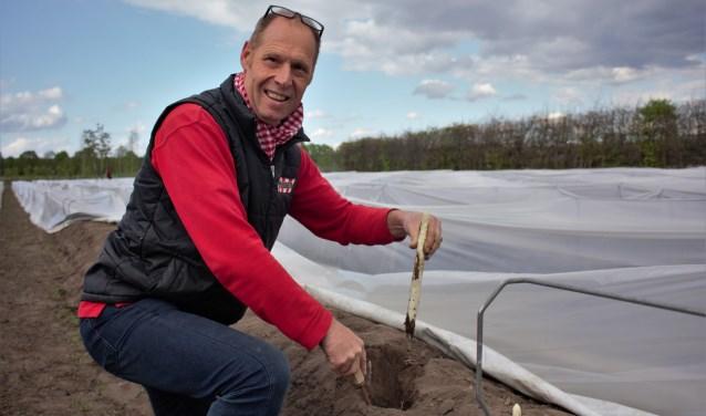 """Erik Verhoeven steekt in de vier maanden van de aspergeoogst ongeveer 1 miljoen aspergestengels. """"Met onze zoon Edwin in het bedrijf telen we al vier generaties asperges, de mooiste groente om mee te werken."""""""