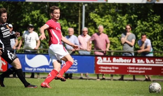 Joost Rasing scoort de 1-0 voor AZSV, terwijl Melvin Bresser van csv Apeldoorn toekijkt. (foto: Cor Hinkamp)