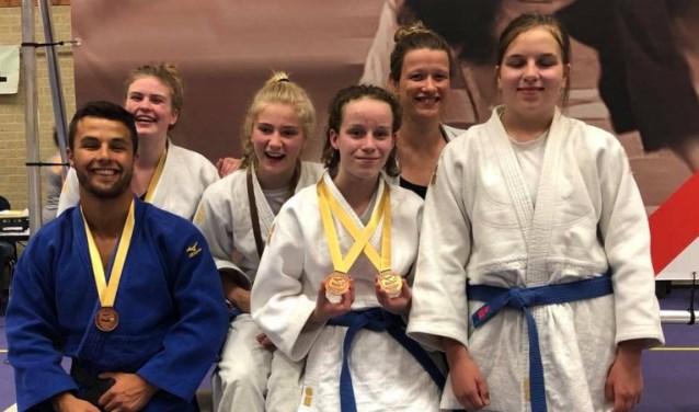 Judoka's Nippon Judo Achterhoek met in het midden Kira Essink (Barchem) en coach Antoinette Hennink