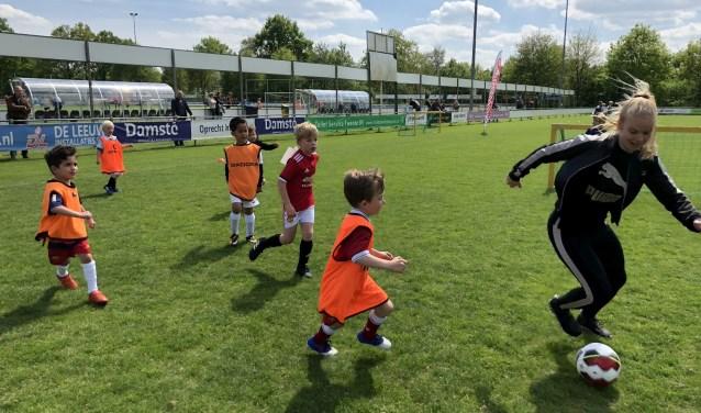 FC Twente's Kika van Es laat jong talent flink zweten tijdens de Voetbalclinic van Bauhaus. Foto: Bauhaus